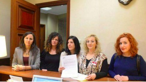 María Sevilla, con diputadas de Podemos. Foto: Podemos Congreso.