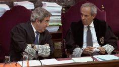 Los fiscales Javier Zaragoza y Jaime Moreno durante la sesión del juicio del 1-O hoy en el Tribunal Supremo