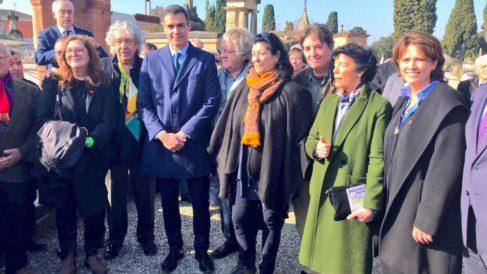 Pedro Sánchez, junto a ministras y escritores afines el pasado febrero en Montauban. (Foto: M. Justicia)