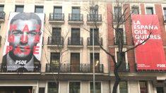 Fachada de la sede del PSOE en Ferraz con el retrato gigante de Pedro Sánchez y el lema «Haz que pase»