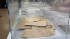 Papeletas en urnas electorales.
