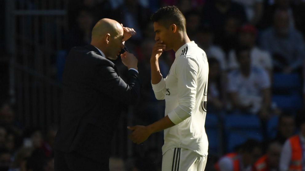 Zidane y Varane charlan en un partido del Real Madrid. (AFP)