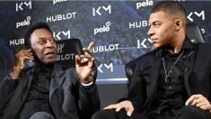 Pelé y Mbappé durante el acto publicitario en París. (AFP)