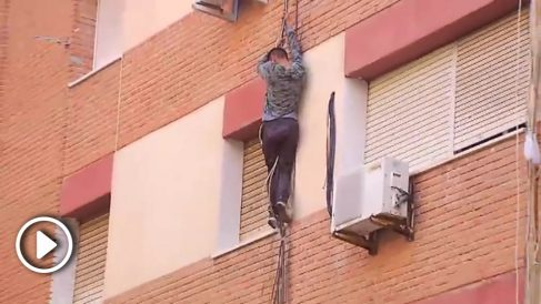 El sospechoso, intentando huir descolgándose por la fachada.