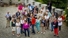 Grupo de visitantes escuchando la guía turística (Foto: iStock)