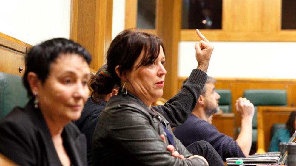 Parlamentarios de EH Bildu durante el debate en el Parlamento Vasco de la ley que reconocerá a las víctimas de abusos policiales cometidos en Euskadi entre 1978 y 1999, y que modifica parcialmente otra de 2016 que no pudo aplicarse al ser recurrida ante el Tribunal Constitucional.  Foto: EFE