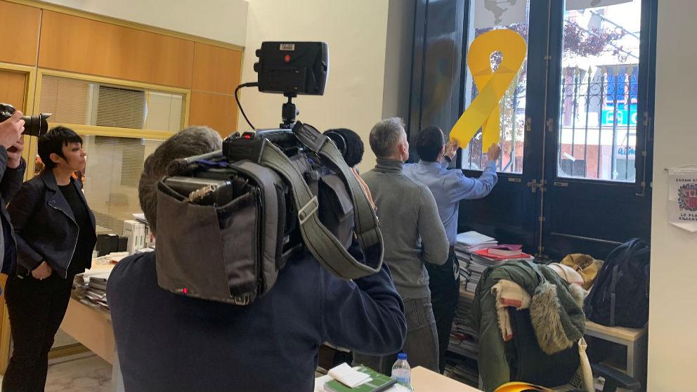 Retiran lazos amarillos en el despacho de EH Bildu. Foto. Europa Press