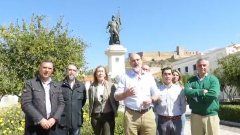 Candidatos de VOX se han fotografiado ante la estatua del conquistador Hernán Cortés, en su localidad natal de Medellín (Badajoz). Foto: Twitter