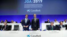 Gonzalo Gortázar y Jordi Gual en la junta de accionistas de Caixabank