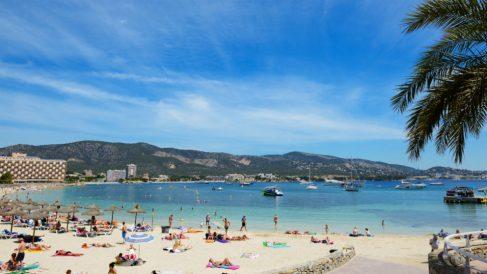 Turistas en una playa de Palma de Mallorca (Islas Baleares) (Foto: iStock)