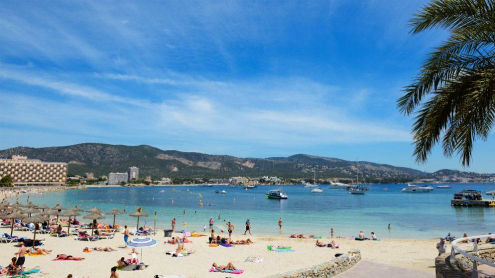 Turistas en una playa  (Foto: iStock)