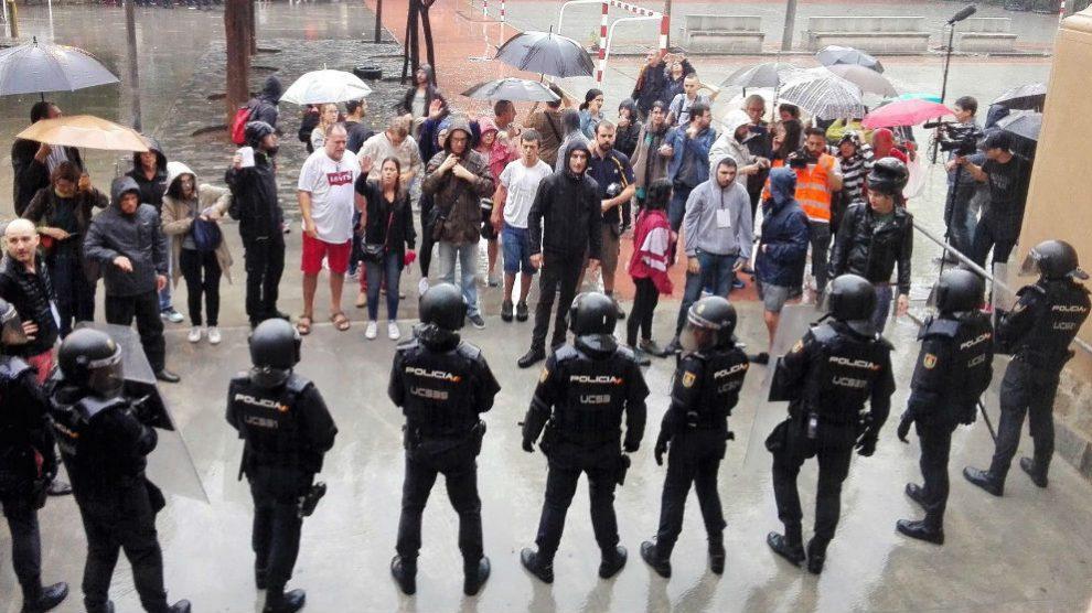 Policía en el 1-O. Foto: Europa Press