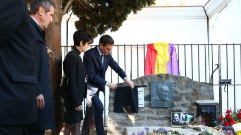Pedro Sánchez descubriendo una placa conmemorativa en la tumba de Antonio Machado en el cementerio de Colliure. (Foto: Moncloa)