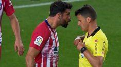 Diego Costa se encara con Gil Manzano en el Barça-Atlético.