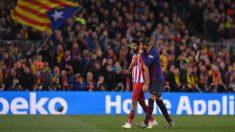 Instante en el que Gerard Piqué habla con Diego Costa tras ser expulsado. (Getty)