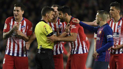 Gil Manzano expulsa a Diego Costa (AFP)
