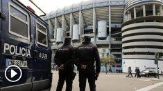 Una imagen de archivo de dos policías en el Bernabéu (EFE).