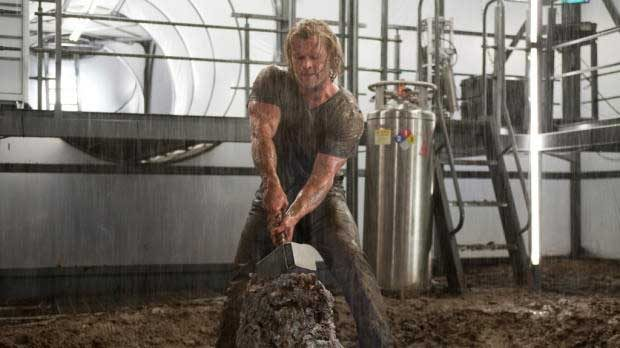 Thor tratando de levantar el Mjolnir tras el destierro