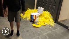 Dejan lazos amarillos y un váter en la vivienda del líder de los Mossos separatistas
