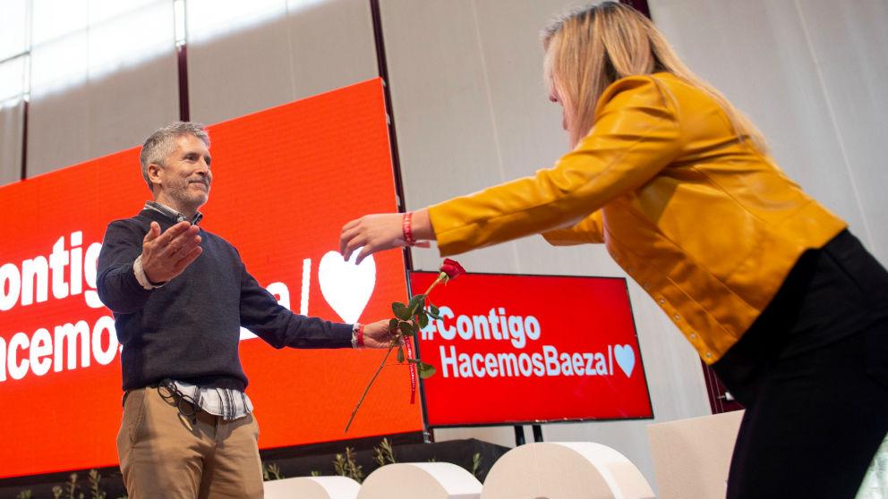 El ministro de Interior Fernando Grande Marlaska, hoy en Baeza (Jaén), en la presentación de la candidatura de Lola Marín (d) a la alcaldía de la ciudad