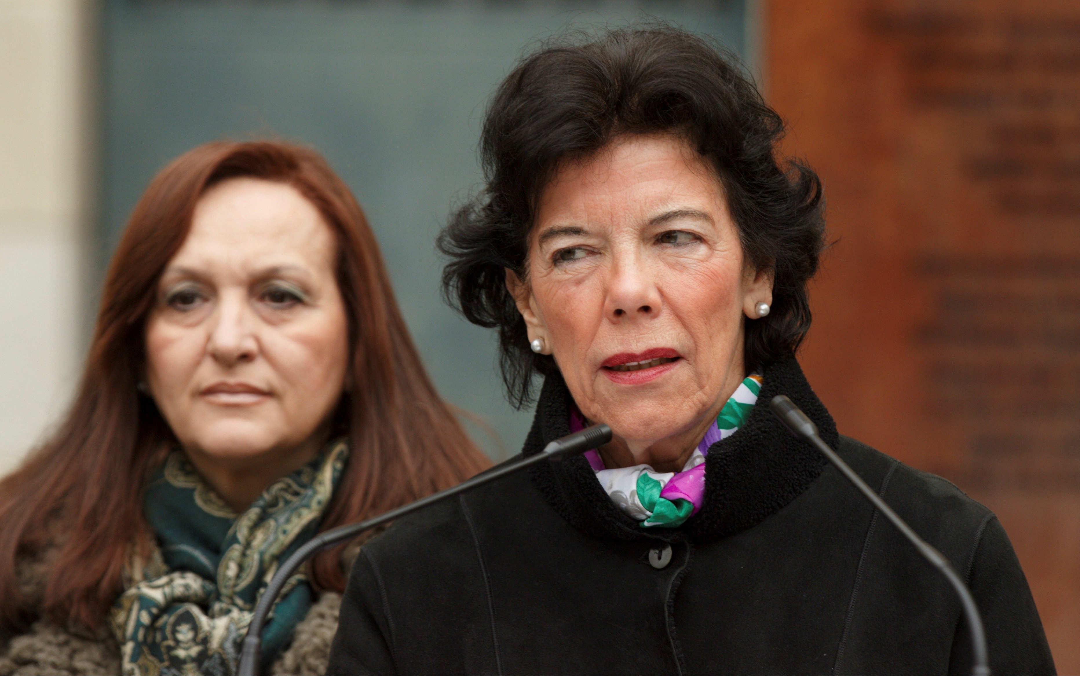 La ministra de Educación, Isabel Celaá, interviene en un acto de homenaje a las víctimas del franquismo que su partido ha celebrado este domingo en Vitoria. EFE/David Aguilar