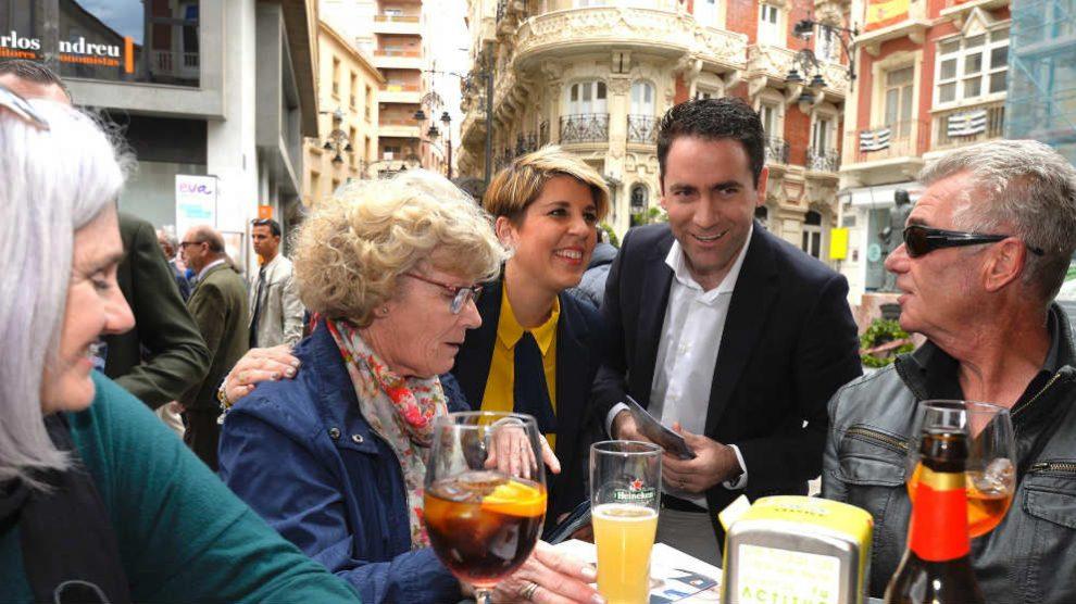 Teodoro García Egea, hoy, en Cartagena junto a Noelia Arroyo.