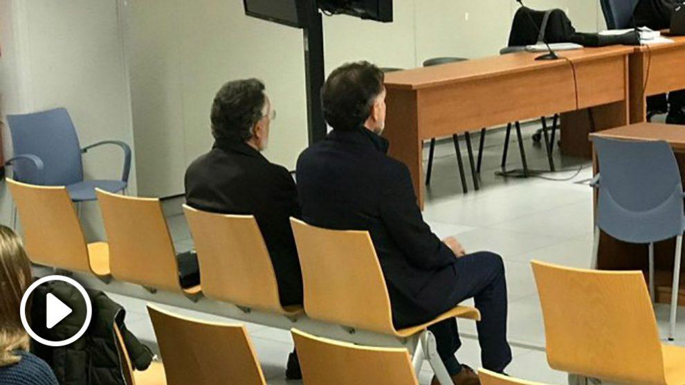 Alfonso Grau (izqda) en el banquillo de los acusados.