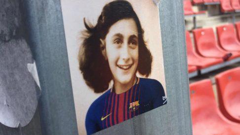 Pegatinas de Anna Frank con la camiseta del Barcelona que pegaron unos individuos en Montilivi. (@Periquitocat)
