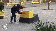 Una pareja transforma los plásticos amarillos en banderas de España en Olesa (Barcelona) mientras son increpados por separatistas