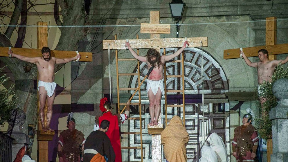 La Plaza Mayor de Brunete convertida en el Gólgota para representar la crucifixión de Jesucristo.