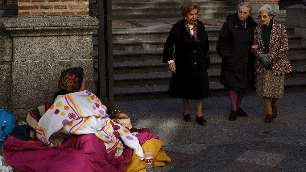 Una mujer pidiendo en la céntrica calle Arenal. (Foto. Getty)