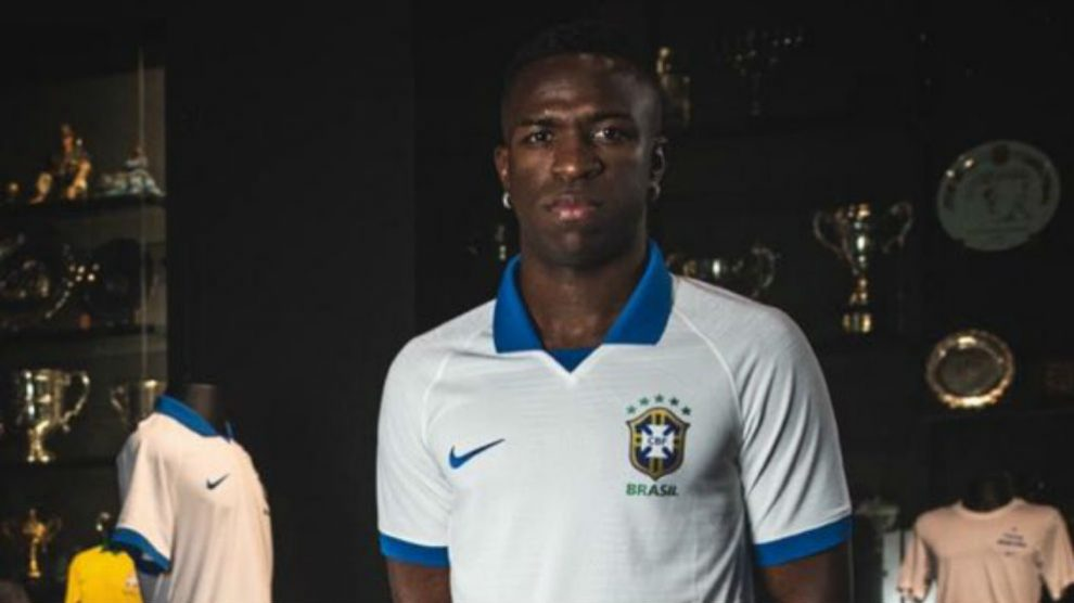 Vinicius presentó la nueva camiseta blanca de Brasil.
