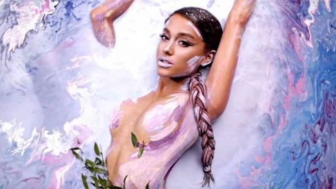 Ariana Grande en el vídeo de 'God Is a Woman'