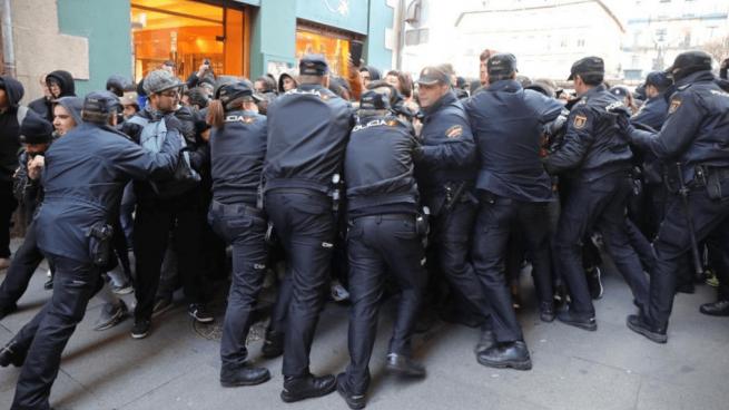 Monasterio obligada a refugiarse en un hotel para evitar el ataque de unos radicales en Segovia
