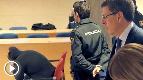 El padre de Diana Quer mira a El Chicle en el juicio por el secuestro de una joven en Pontevedra.