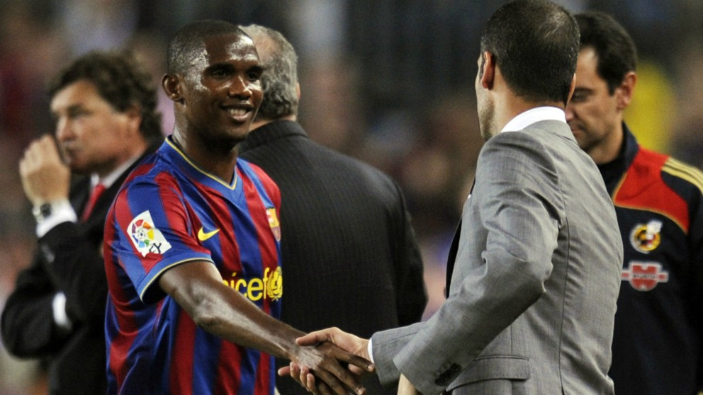 Eto'o y Guardiola se dan la mano durante la etapa de ambos en el Barcelona (AFP)