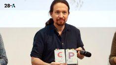 Pablo Iglesias con el programa electoral de Podemos