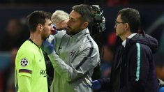 Leo Messi es atendido durante el Manchester United – Barcelona. (AFP)