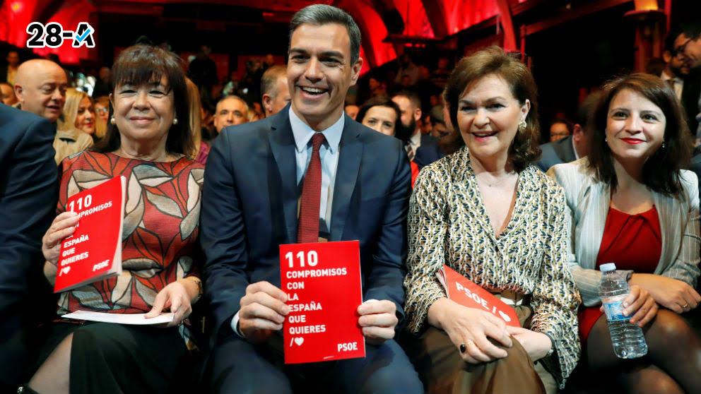 El secretario general del PSOE y presidente del Gobierno, Pedro Sánchez, acompañado de la presidenta del PSOE Cristina Narbona y la vicepresidenta Carmen Calvo. (Foto: Efe)