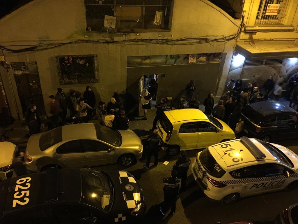 La policía municipal frente a la nave tras las llamadas desesperadas de los vecinos.