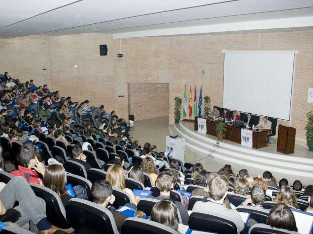 Iglesias retira la bandera de España para dar un mitin en la universidad pública de Málaga