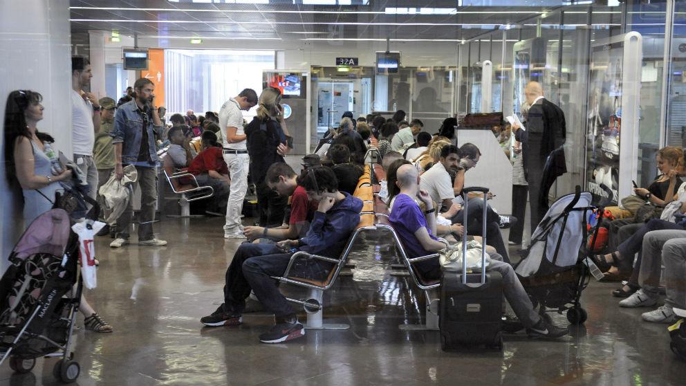 Pasajeros en el aeropuerto de Alicante. (AFP)