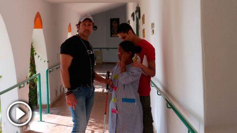 El director de 'Me llamo Gennet', Miguel Ángel Tobías, junto a Gennet Corcuera en un momento del rodaje.