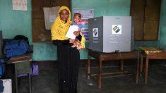 Una mujer india ejerciendo su derecho al voto. Foto: AFP