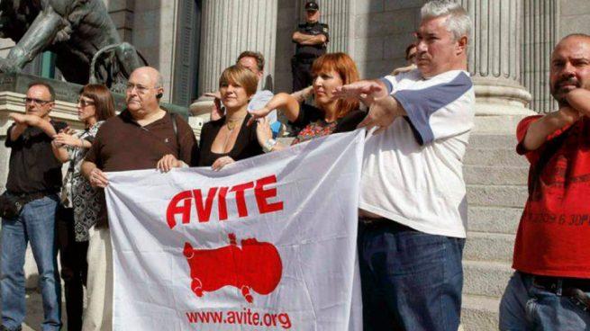Miembros de la Asociación de Víctimas de la Talidomida en España (AVITE) frente al Congreso de los Diputados en Madrid.