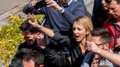 Cayetana Álvarez de Toledo hace el gesto de la paz frente a los que la agredieron en la Universidad Autónoma de Barcelona. Foto: Europa Press