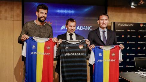 Gerard Piqué posa con dirigentes de Morabanc. (Kosmos)