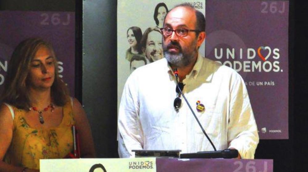 Santiago Algora haciendo campaña por Unidos Podemos en 2016.
