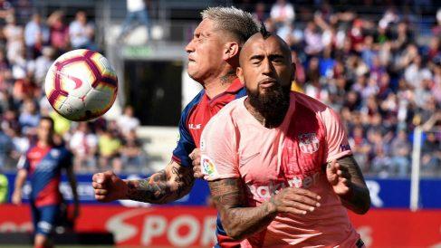 Arturo Vidal disputa un balón en el partido ante el Huesca. (EFE)
