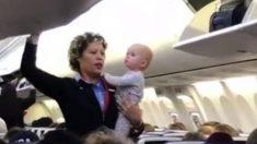 Una azafata tranquiliza a un inquieto bebé en Facebook